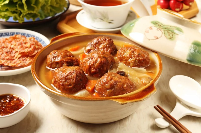 Lion's Head Meatballs With Chinese Cabbage Image