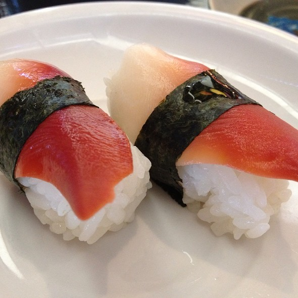 Red Clam Nigiri Image